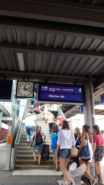 there are trains every hour connecting Regensburg and Munich