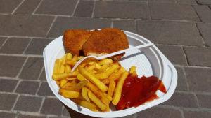 Wiener schnitzel mit pomme frites und tomatenketchup!